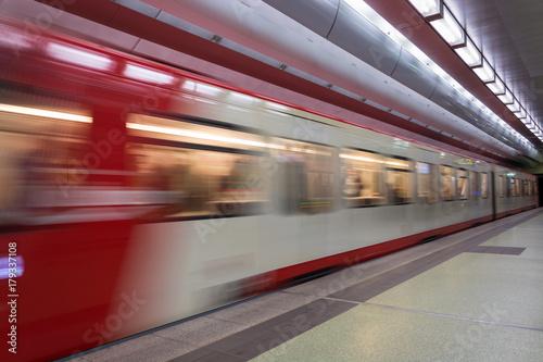 Plakat Przenoszenie czerwonego i białego metra w podziemiach