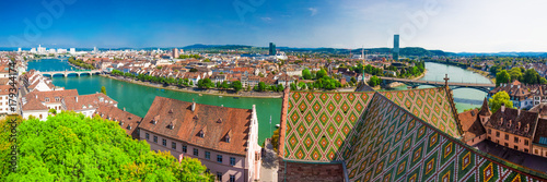 Foto  Old city center of Basel with Munster cathedral and the Rhine river, Switzerland, Europe