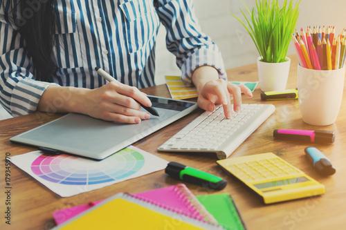 Fotodibond 3D Młody projektant pracuje w biurze