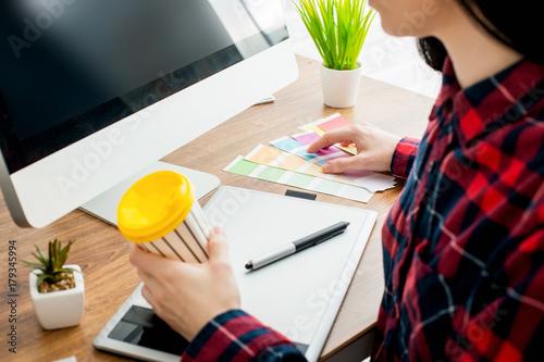 Zdjęcie XXL Młody projektant pracuje w biurze