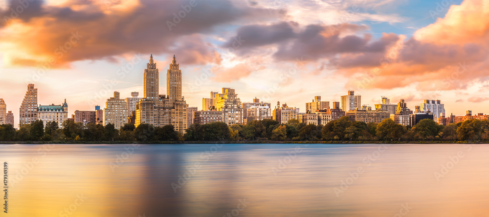 Fototapety, obrazy: New York Upper West Side skyline at sunset as viewed from Central Park, across Jacqueline Kennedy Onassis Reservoir