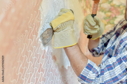 Valokuva  Chiselling off wall motif