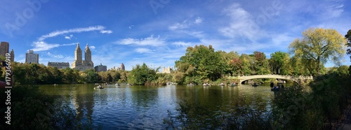 Photographie Pond and Bow bridge at Central Park in early fall panorama view