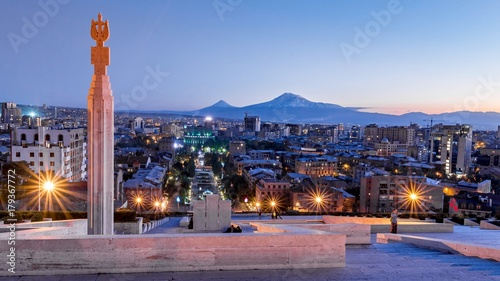 Photo Yerevan city at the evening with Mt. Ararat