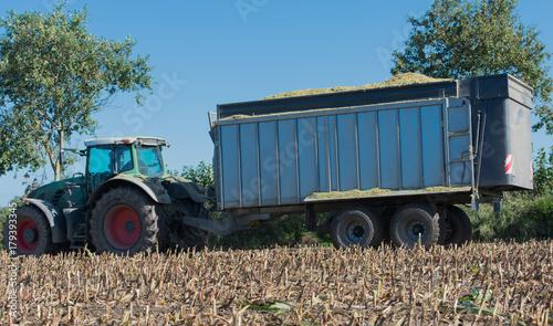 Zdjęcie XXL Maisernte, Maishäcker w akcji, laweta z ciągnikiem