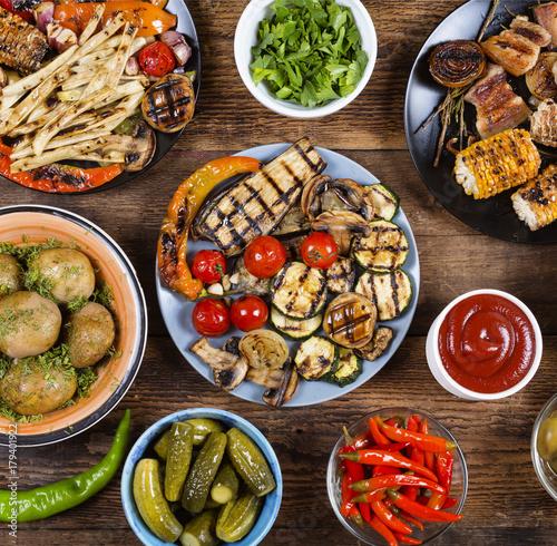 Fototapeta Różne wegańskie dania i przekąski. Grilowane warzywa.