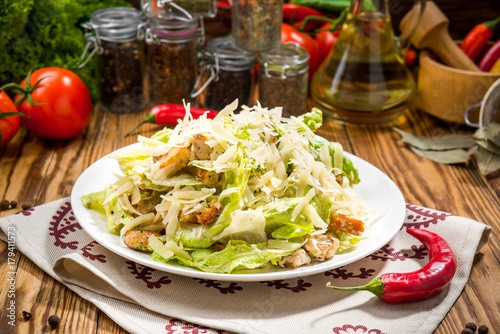 Fotografía  Grilled Chicken Caesar Salad with Cheese and Croutons