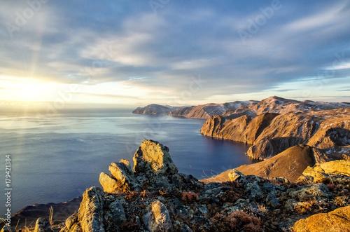 widok-na-jezioro-bajkal-i-otaczajace-skaly-w-pochmurny-dzien