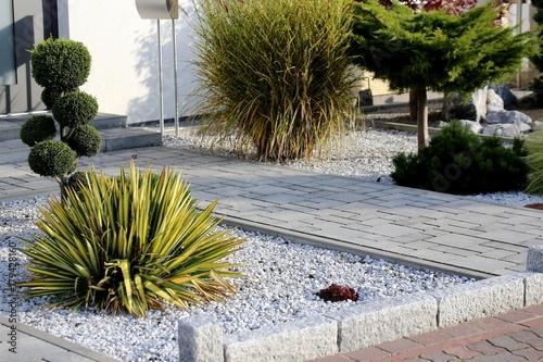Fototapeta Moderner Vorgarten an einem Wohnhaus obraz