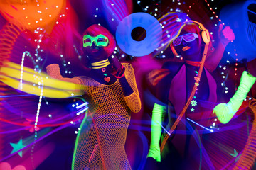 Fototapetaglow uv neon sexy disco female cyber doll