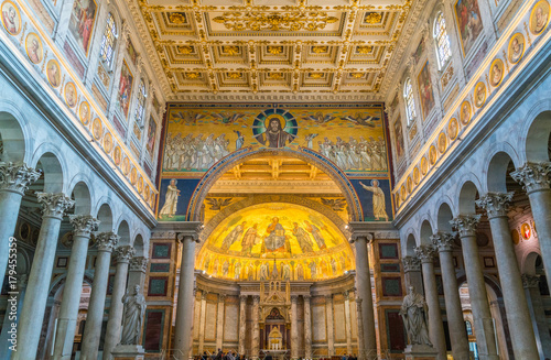 Fotografía  Indoor sight of the Basilica of Saint Paul outside the walls in Rome, Italy