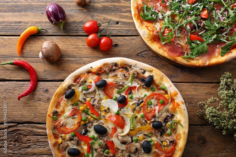 pizza su sfondo rustico