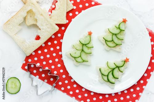 Staande foto Klaar gerecht Christmas funny sandwiches with cucumber