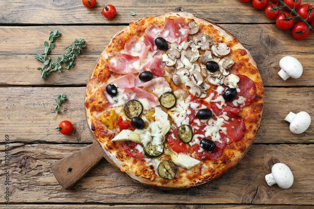 pizza quattro stagioni su sfondo rustico