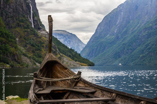Türaufkleber Schiff Beautifull view of Viking drakkar at the end of the Sognefjord between Flam and Gudvangen in Norway.