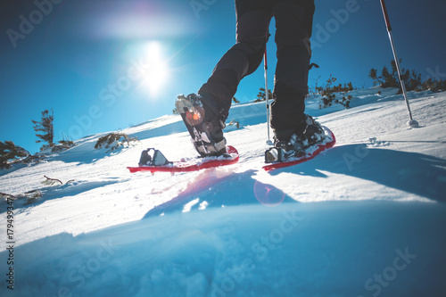 Poster Glisse hiver Man in snowshoes.