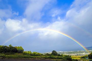 河岸段丘の町に架かる虹