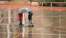 Enfants Sous Un Parapluie