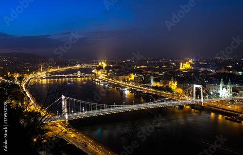 Cadres-photo bureau Seoul The famous Chain Bridge at night in Budapest, Hungary
