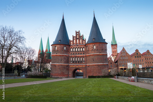 Photo  Holstentor Gate during twilight in Lubeck, Germany