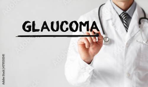 Fotomural Doctor writing word GLAUCOMA with marker, Medical concept