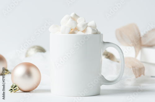 Foto auf AluDibond Schokolade mug of hot chocolate with marshmallows surounded by Christmas decorations
