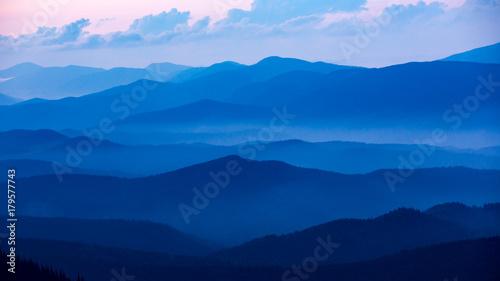 Foto auf Gartenposter Gebirge Evening valley with blue mist