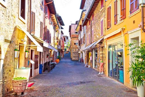 Fototapeten Schmale Gasse Lago di Garda town of Sirmione colorful street view