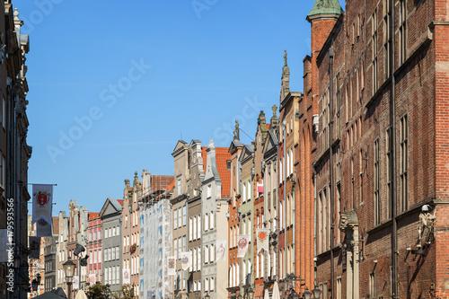 Obraz na dibondzie (fotoboard) Widok na Ratusz Głównego Miasta i inne stare budynki wzdłuż Długiego Rynku przy Długim Pasie przy Głównym Mieście w Gdańsku, w słoneczny dzień.