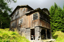 Old Abandoned Scary Wooden Hou...