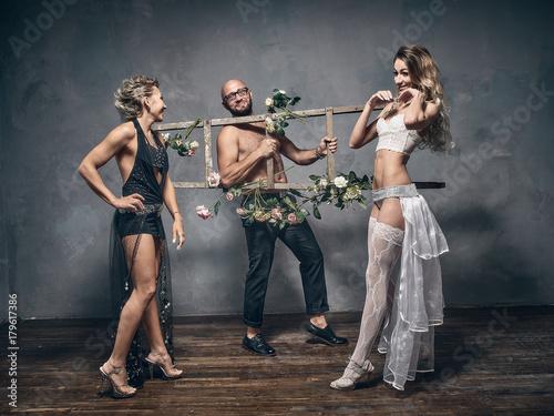 Fotografía Man with naked torso holding a wooden ladder.