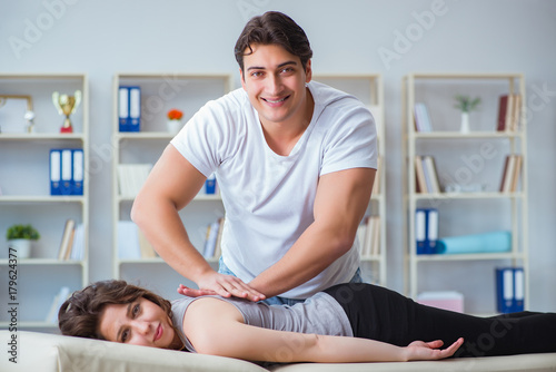 Fotografía  Young doctor chiropractor massaging female patient woman