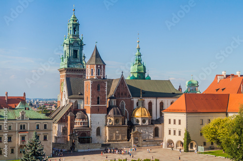 Fotobehang Krakau KRAKOW, POLAND - SEPTEMBER 4, 2016: Tourists visit Wawel castle in Krakow, Poland