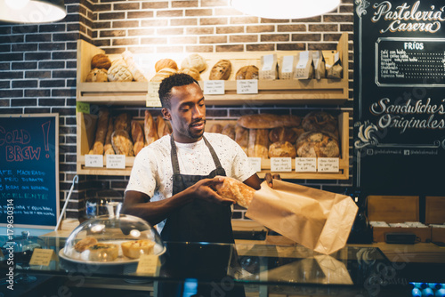 In de dag Bakkerij Black man sells in bakery.