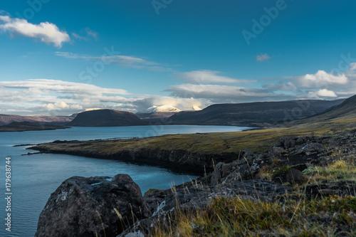 Zdjęcie XXL Iceland widok nad wodą w kierunku gór z niebieskim niebem i clou