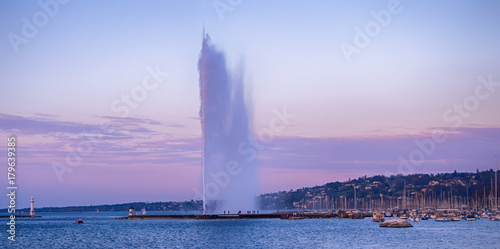 Stampa su Tela Picture of Jet d'Eau fountain and harbor at evening in Geneva, Switzerland