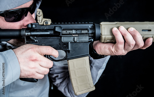 Fotografía  Soldier Aims Assault Rifle