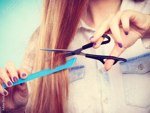 Fotodibond 3D Żeński fryzjer przedstawia narzędzia.