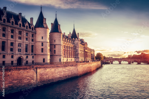 Beautiful skyline of Paris, France, with Conciergerie, Pont Neuf at sunset Fototapet