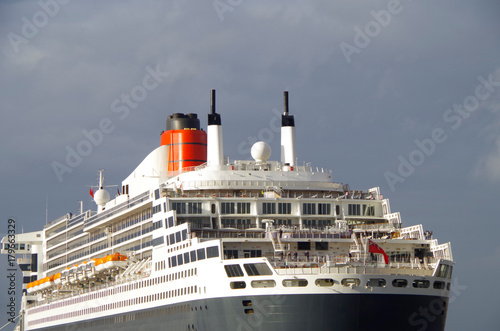 Photo  Queen Mary 2 im Sonnenlicht