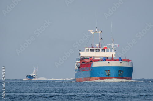 Fotografía  MERCHANT VESSEL - Freighter sailing on the sea