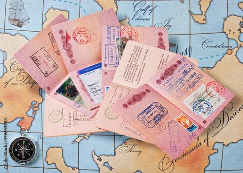 Fotodibond 3D stos paszportów na mapie i kompasie