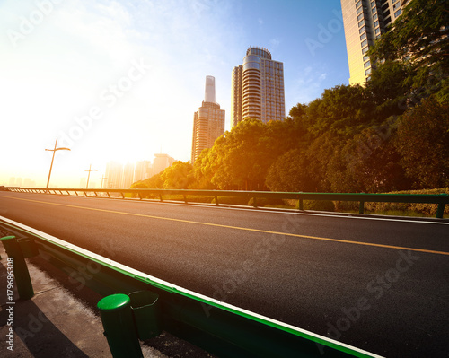 Photo  Empty road surface floor with city landmark buildings