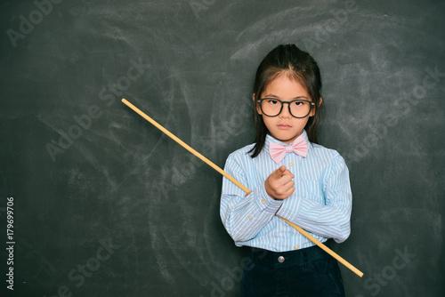 Photo beautiful little teacher pointing someone rebukes