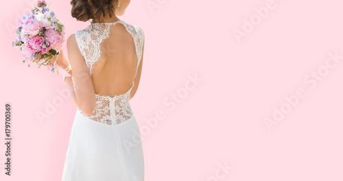 Fotografía Beautiful bride on a pink background