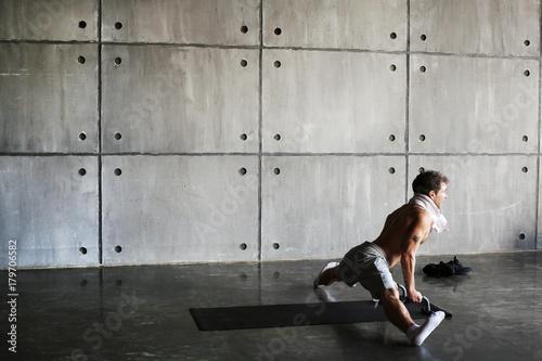 Plakat Młody facet z ręcznikiem na siłowni