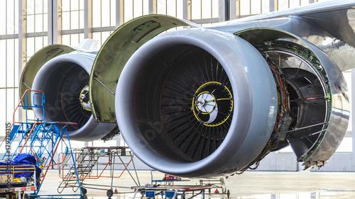 Aufnahme von Flugzeugtriebwerken von schräg vorne während der Wartung im Hangar Canvas Print