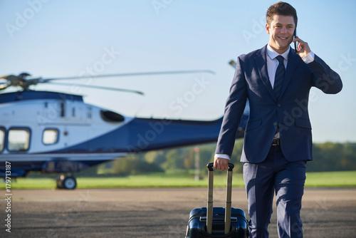 Fotodibond 3D Biznesmen spaceru od helikoptera podczas rozmowy na telefon komórkowy
