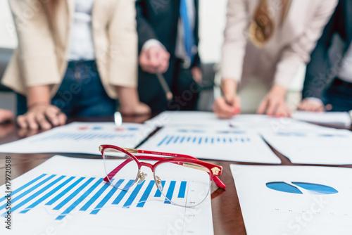 Fotodibond 3D Zbliżenie okularów na wydrukowany wykres słupkowy pokazujący postęp podczas spotkania analityków biznesowych