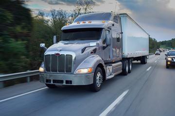18-kołowa ciężarówka na drodze
